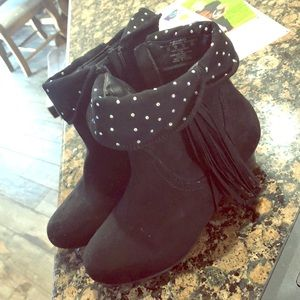 Kids black boots with small heel